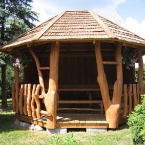 Деревянная беседка в деревенском стиле
