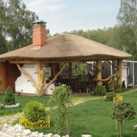 Деревенская беседка с соломенной крышей