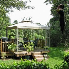 Садовая беседка с тканевой крышей