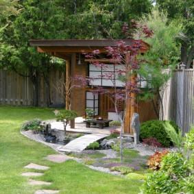 Деревянный навес в укромном уголку сада
