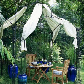 Место для отдыха в тени садовых деревьев