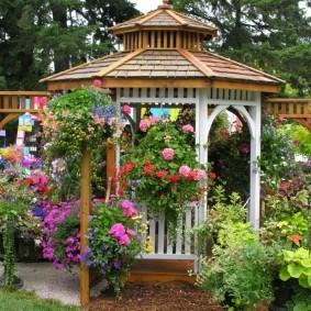 Декор сада красивыми цветами в горшках