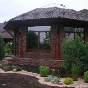 Летний домик с большими окнами