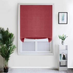 Бардовые бумажные шторы в белой комнате