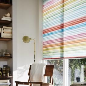 Разноцветные бумажные шторы на пластиковом окне