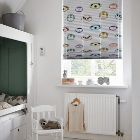 Бумажные шторы на окне детской комнаты
