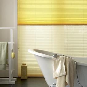 Оформление бумажными шторами окна в ванной