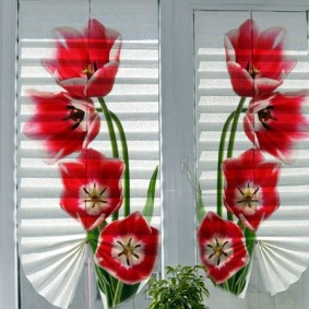 Яркие цветы на бумажных шторах