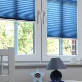 Голубые шторы на белом окне