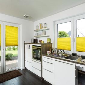 Желтые шторы в просторной кухне