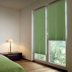 Окно до пола в интерьере спальной комнаты