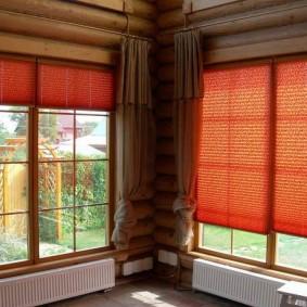 Простые шторы на окне деревенского дома