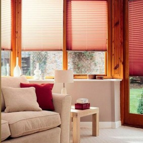 Бумажные шторы плиссе на деревянном окне