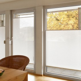 Широкие окна с бумажными шторами