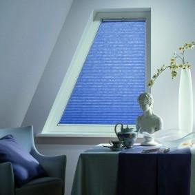 Окно неправильной формы в мансардной комнате