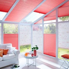 Розовые шторы из гофрированной бумаги