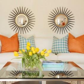Декор зеркалами стены над диваном