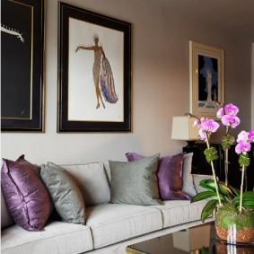 Картины на стене гостиной с диваном