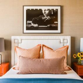 Декорирование спальни картиной над кроватью