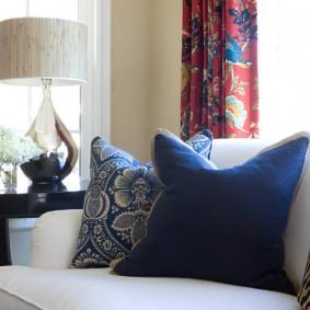 Декоративные подушки на светлом диване