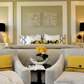 Желтые акценты в просторной спальне