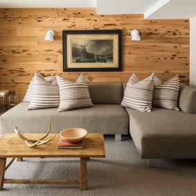 Деревянные панели на акцентной стене в зале