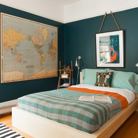 Карта мира на стене комнаты подростка