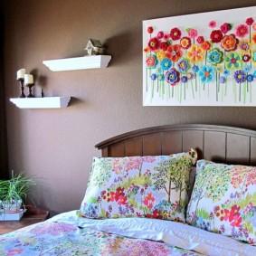 Декоративные полочки над кроватью в спальне