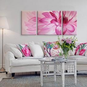 Розовые картины в гостиной комнате