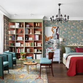 Книжный стеллаж в комнате с хорошим освещением