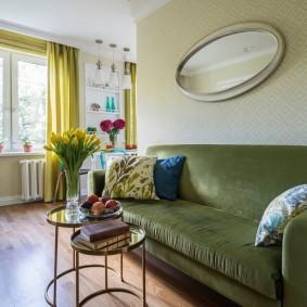 Зеленый диван с кожаной обивкой