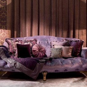 Фиолетовый диван на фигурных ножках