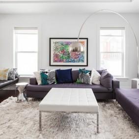 белая гостиная с фиолетовой мебелью