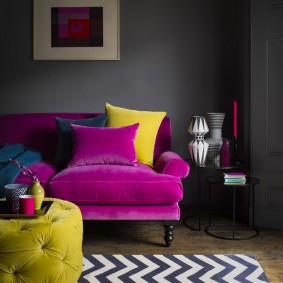 Желтая подушка на фиолетовом диване