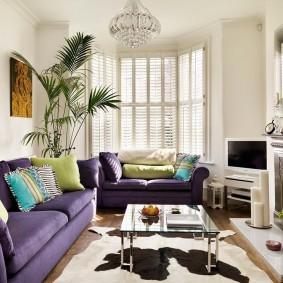 Зеленая пальма в гостиной с камином