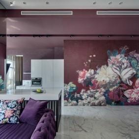 Обои с крупными цветами на стене в зале