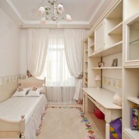 Узкая комната для ребенка младшего возраста