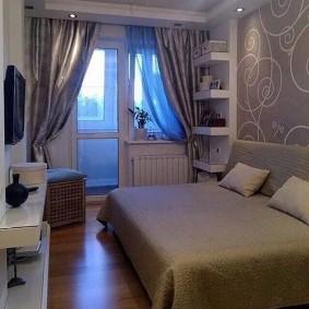 Маленькая спальня с дверью на балкон