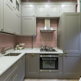 Встроенная кухня в трехкомнатной квартире