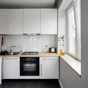 Белый гарнитур на кухне в брежневке