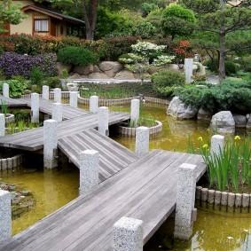 Деревянные мостики в саду японского стиля