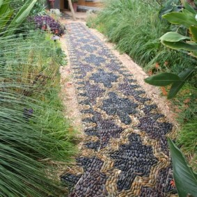 Декор речной галькой садовой дорожки