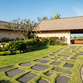 Партерный газон на участке прямоугольной формы