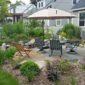 Садовая мебель под стационарным зонтом