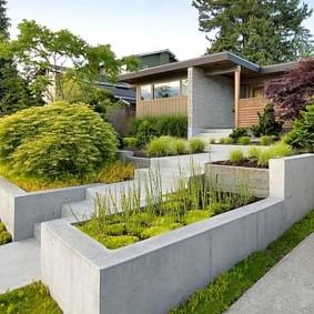 Бетонное ограждение клумб в саду современного стиля