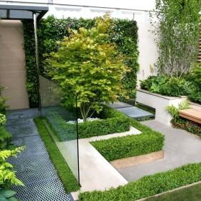 Небольшой дворик с геометрическими элементами