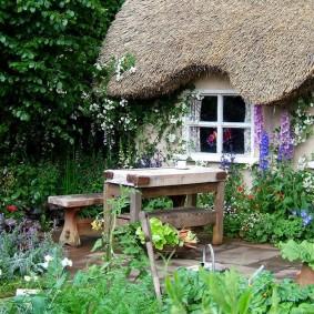 Деревянный стол в саду деревенского стиля