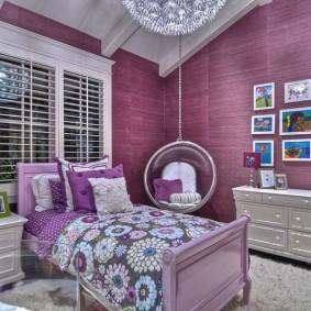 Текстильные обои на стене в спальне