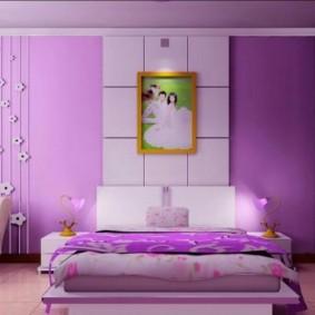Модная спальня с фиолетовыми обоями