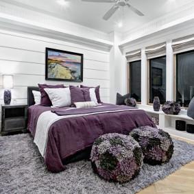 Мягкие пуфы около спинки кровати